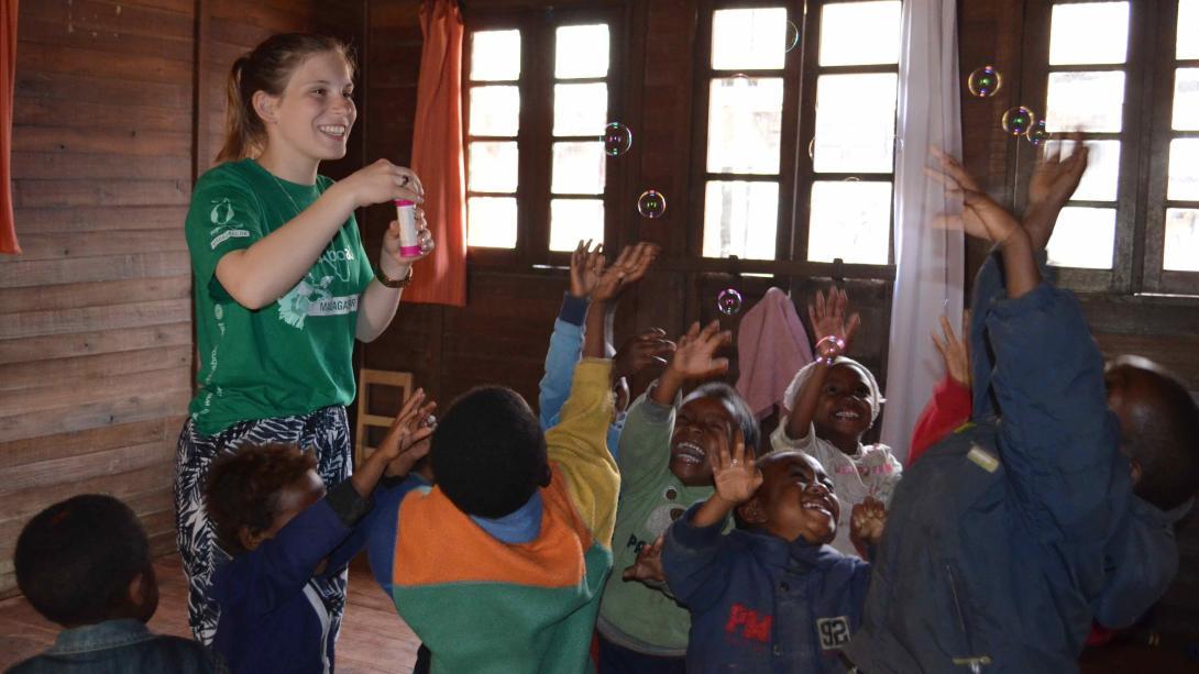 Voluntaria disfrutando su proyecto en Madagascar después de haber recaudado fondos.